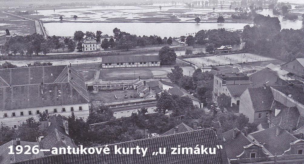 Antukové tenisové kurty v roce 1926 na místě dnešního Zimního stadionu.